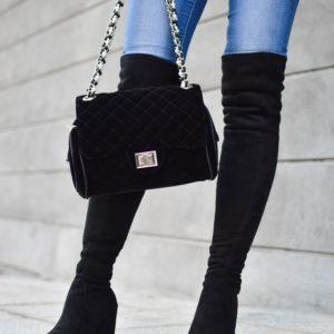 kobieta trzymająca torebkę