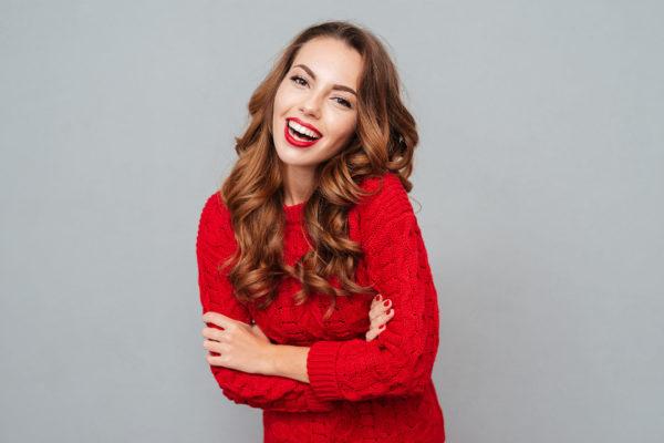 Kobieta w czerwonym swetrze