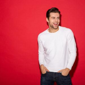 Mężczyzna w białej bluzce