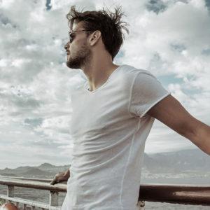 Mężczyzna w białej koszulce na łodzi