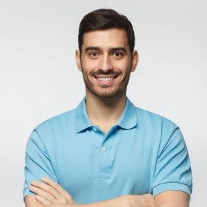 Mężczyzna w koszulce polo