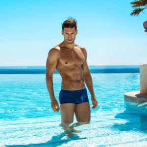 Mężczyzna na basenie