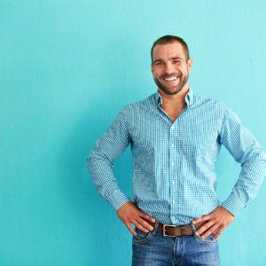 Mężczyzna w koszuli w kratę